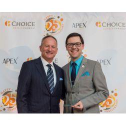 Distinction: Alexandre Audet du Quality Inn & Suites Val-d'Or reçoit le prix...