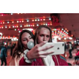 T.O.M. - Étude Booking: comment les réseaux sociaux poussent-ils les voyageurs à mentir?